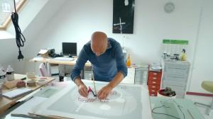 Travail dans l'atelier du peintre contemporain Philippe Bertho à Saint-Brieuc