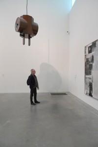 Devant une toile de Robert Rauschenberg à la Tate Modern à Londres