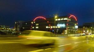 Néons rouges en arc de cercle sur immeuble de Nantes