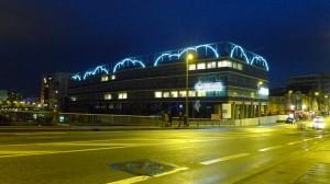 Nuages en néons de François Morellet sur un immeuble de Nantes